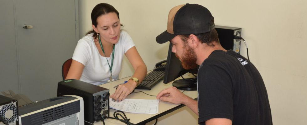 Estudante entreda documentação para requerer auxílio-transporte - Wagner Gonçalves-Imprensa Prefeitura